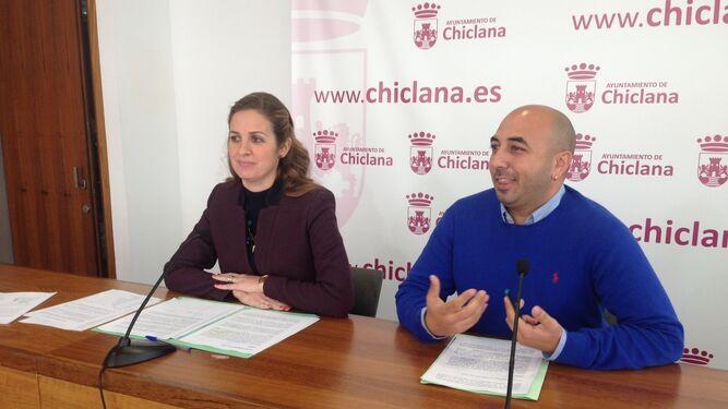Carmen Jiménez y Adrián Sánchez, ayer en el Ayuntamiento.