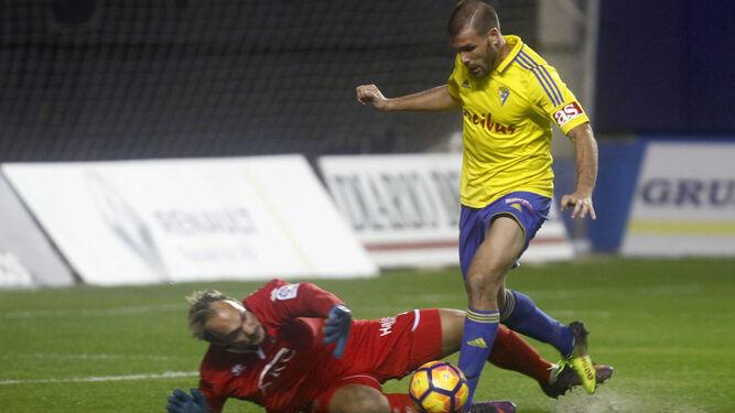 Ortuño (i) conduce el balón durante un partido. Juan Villar (d) no pierde de vista el esférico en un choque del Valladolid.