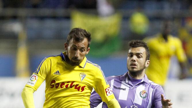 Aitor García trata de avanzar con el balón perseguido por un jugador del Valladolid.