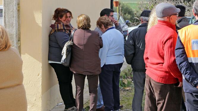 Familiares y vecinos lloran la pérdida de Francisco Holgado.
