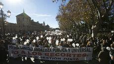 La marea blanca ante la sede de la presidencia andaluza