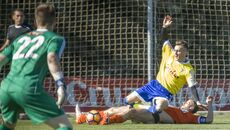 Salvi cae al césped, donde ya está un jugador del Lausana, en plena disputa del balón.