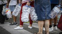 Una cola de vecinos de Loreto se disponen a recoger agua de las cubas que se dispusieron en 2014 durante el corte de suministro.