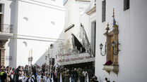 La Virgen de la Soledad, saliendo a la calle desde la parroquia de Santa Cruz.