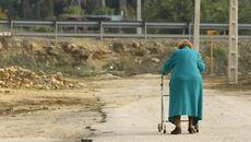 Una anciana en situación de dependencia pasea por una zona de Jerez, en una fotografía de archivo.