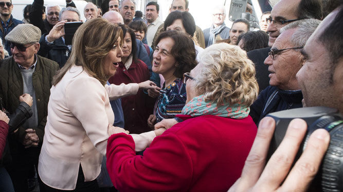 Susana Díaz saluda a un grupo de vecinas de Alcalá de los Gazules durante su visita.