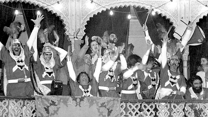 'Los Cruzados', exultantes tras conocer el veredicto del jurado en un palco del Teatro Falla.