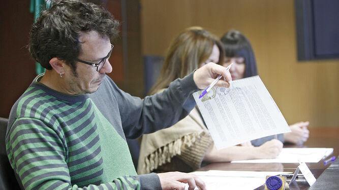 El alcalde José María González, en un momento de una firma de un convenio ayer en la Junta.