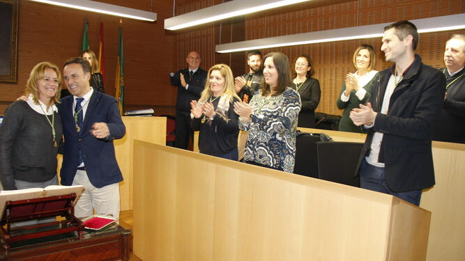 La nueva concejala del PSOE, Ana María Arias,con el alcalde ante la mirada de su hijo, el también edil socialista Ángel M.González.