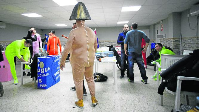'No valemo un duro',  la chirigota de El  Canijo, en las  instalaciones del  Club Caleta.