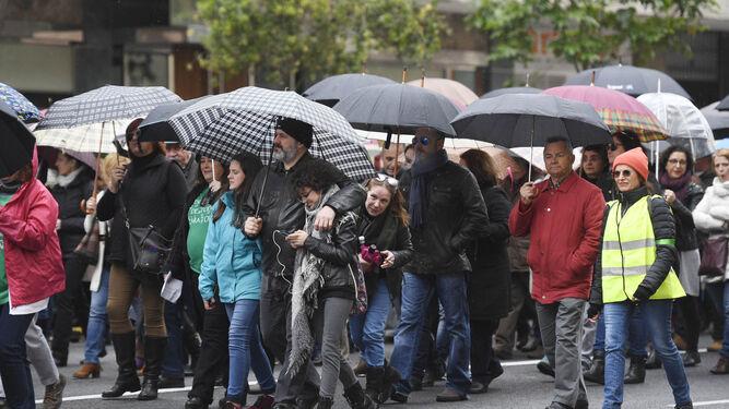 La lluvia hizo acto de presencia ayer durante la manifestación.