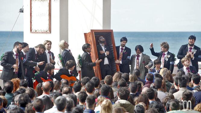 La chirigota 'No te vaya todavía', con Manue en su caja, durante su actuación en la calle José García Aguyó.