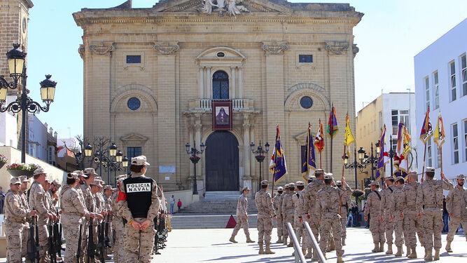 Militares del Tercio de la Armada, ayer frente a la Iglesia Mayor tras recorrer varias calles del centro.