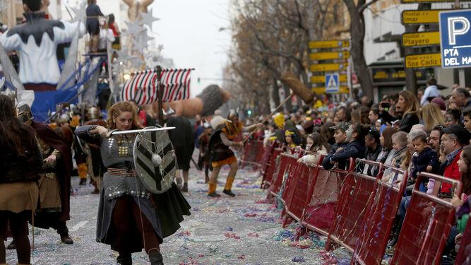 Un momento de la cabalgata magna que recorrió la avenida principal de la ciudad el primer domingo de carnaval.