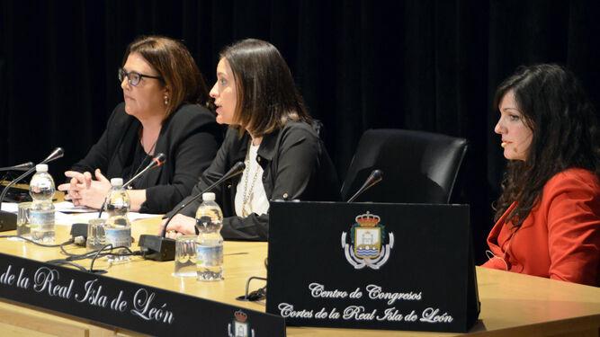 Homenaje a Mercedes Salguero organizado por CCOO. Sobre la mesa, el premio que lleva su nombre.