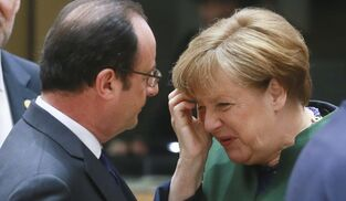 Hollande y Merkel hablan en un momento de la cumbre en Bruselas.