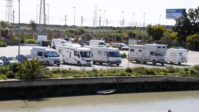 Una imagen tomada ayer de las caravanas estacionadas en el aparcamiento de la pasarela 'Pepe el del Vapor'.