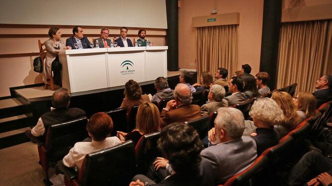 El salón de actos del CADF registró un lleno absoluto durante la presentación del libro.
