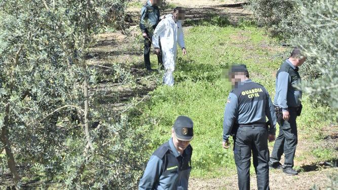 Guardias civiles, en la zona donde ha aparecido el cadáver.