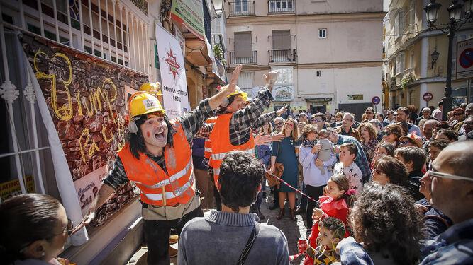 La chirigota 'Vaya valla', actuando en el tablao que instaló ayer la peña La Estrella en Candelaria.