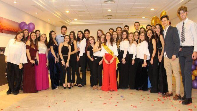 La homenajeada Aurora Moreno Maestro, en el centro, con el grupo de familiares y amigos durante la fiesta celebrada en el Hotel Tryp Caleta, en Cádiz, con motivo de sus dieciocho cumpleaños.