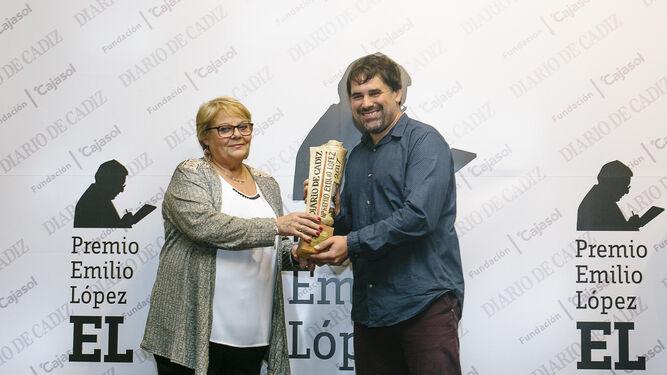Ascensión Vázquez, viuda de Emilio López, entrega el premio a Tino Tovar, autor de 'El ángel de Cádiz'.