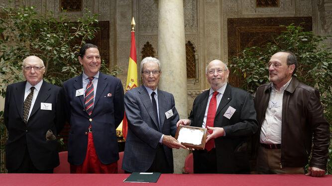 Enrique García-Agulló entrega el premio a Antonio Garrigues Walker.