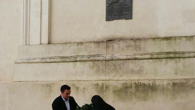 Martín Vila y Ana Fernández, en la ofrenda municipal.