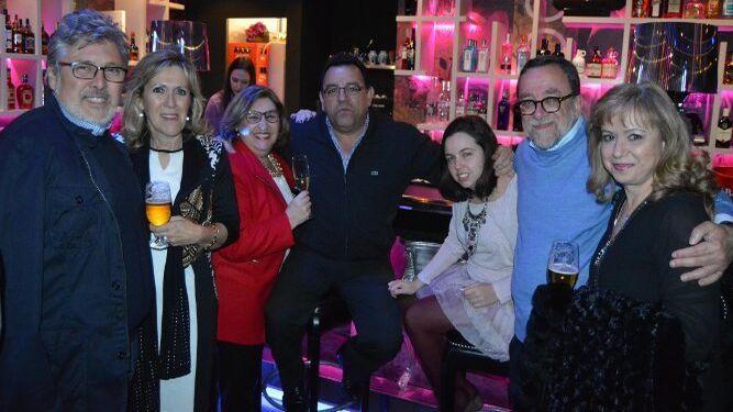 Bernardo Muñoz, María José Rivas, Carmen Cerejido, Antonio Cruces, Isabel Gómez, Javier Gómez y Charo Lozano, disfrutando del festejo.