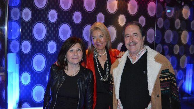 Carmen Rodríguez-Tenorio, Bea Vallejo y Pepe Vázquez, durante el cóctel de apertura.