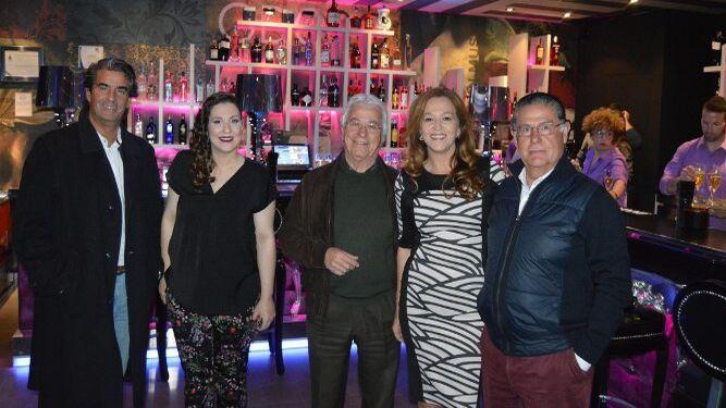 Miguel Ángel Medina, Nuria Sánchez, Antonio Sanz, Nuria Sánchez y Juan Manuel Moreno, en el Disco-Pub Verstile.
