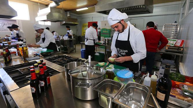 Alumnos de escuelas de hostelería de la provincia, ayer en el Bar la Prensa de Pelagatos donde participan en el primer Concurso de Jóvenes Chefs.