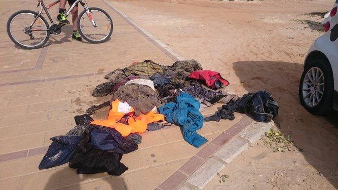 Imagen de ropa mojada en la playa de La Muralla, esta mañana.