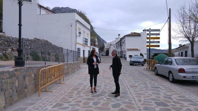 La diputada Ana Carrera y el alcalde Alfonso Moscoso supervisan la obra.