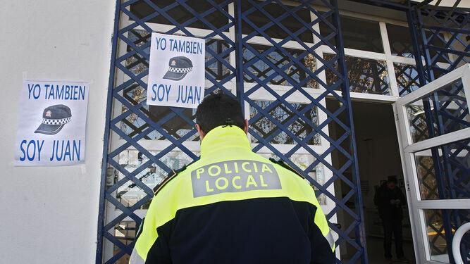 Un agente entrando en las dependencias de la Policía Local, en una imagen de archivo.