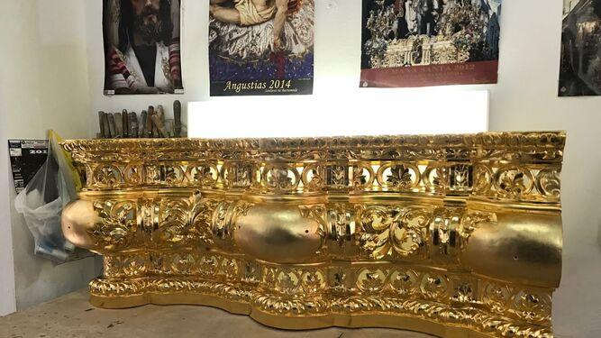 Paño delantero de uno de los laterales del canasto de Columna, recién dorado en el taller de Felisa García.