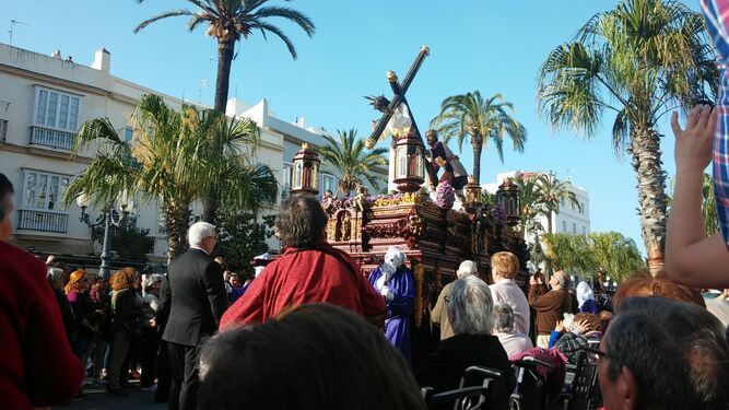 Residentes del Geriátrico Gerón viendo pasar al Nazareno del Amor.