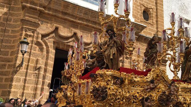 El paso con la imagen del Cristo de la Misericordia, tras su salida de la iglesia de La Palma.