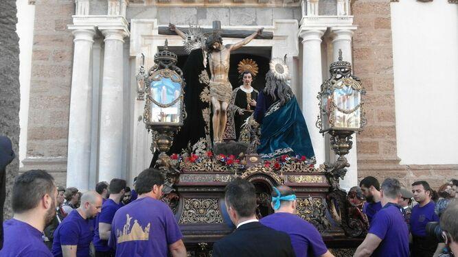 El Cristo de la Piedad sale de la iglesia de Santiago.