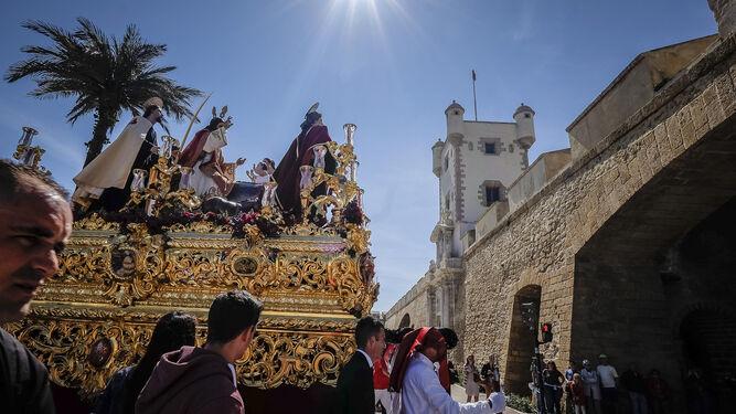 El paso de Jesús de La Paz se dispone a entrar en el casco histórico a través de las Puertas de Tierra.
