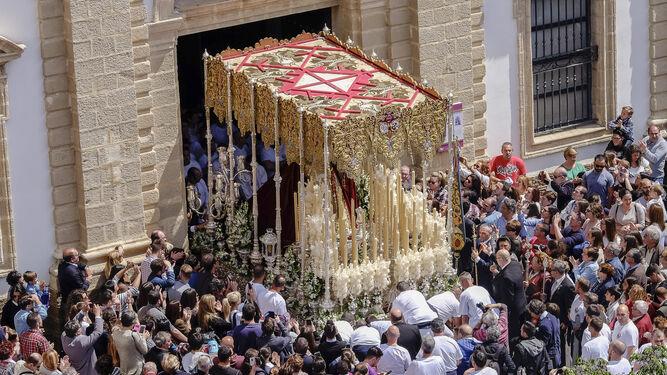 Salida del palio de la Virgen del Amparo desde San José.