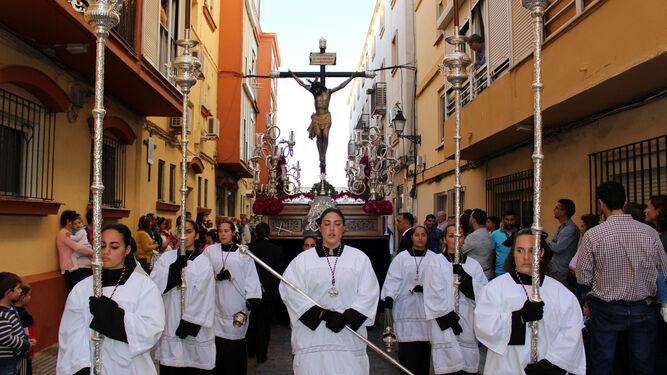 El cuerpo de acólitos de la Hermandad de la Borriquita acompañó al paso del Perdón.