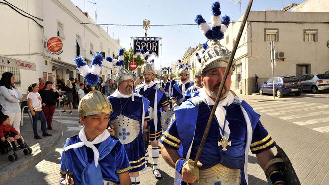Los 'armaos' custodiaron ayer la procesión.