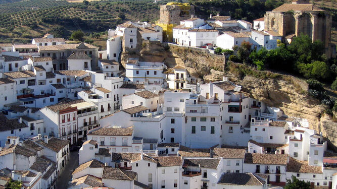 Imagen panorámica de la localidad serrana de Setenil de las Bodegas.