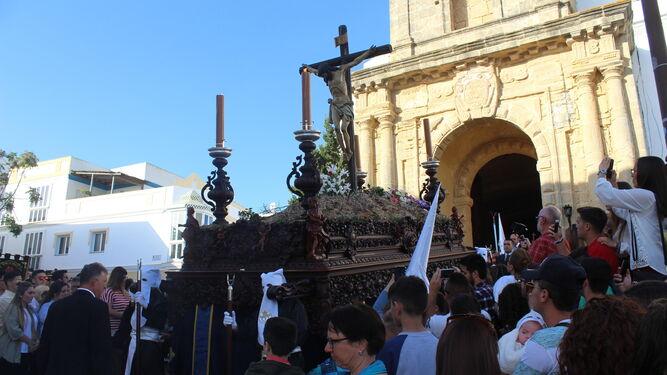 La imagen del paso con el Cristo de la Buena Muerte de Conil en su salida desde la parroquia de Santa Catalina.