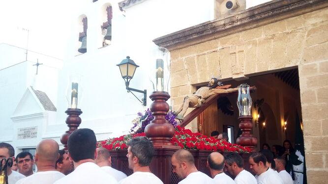 El Cristo de la Oliva en su salida desde la iglesia de San Miguel en Vejer.