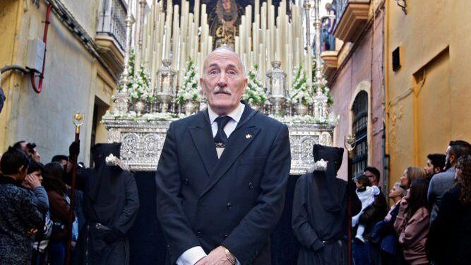 José Julio Reyero, delante del palio de Servitas el pasado Viernes de Dolores.
