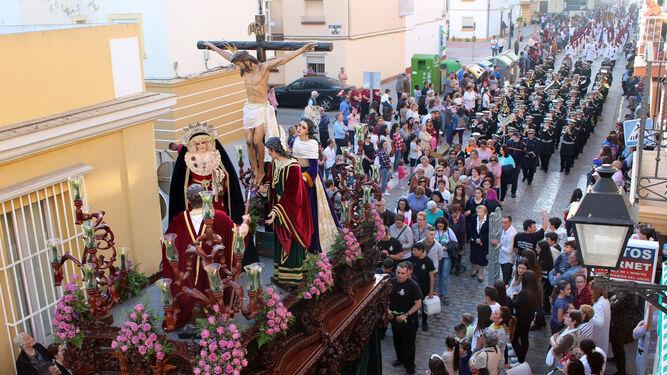 Paso de misterio de la hermandad de la Vera-Cruz por la calle Factoría de Matagorda.