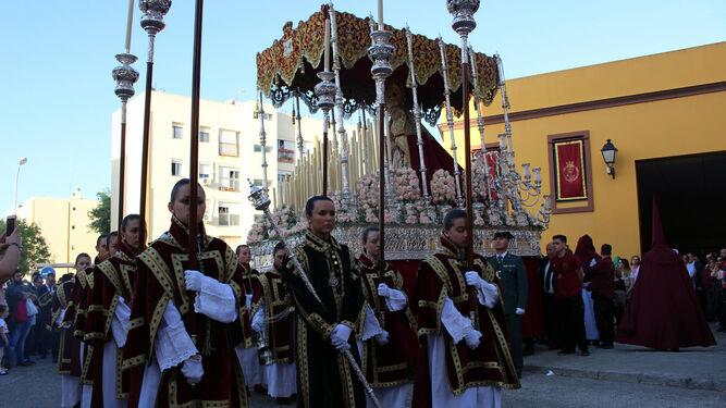 Virgen de la Amargura, precedida de su cuerpo de acólitas, tras la salida desde San Benito.