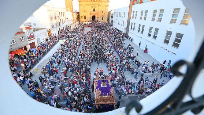 Vista panorámica de la Plaza Mayor durante los primeros compases de la salida procesional del Cristo de Medinaceli en la tarde de ayer.